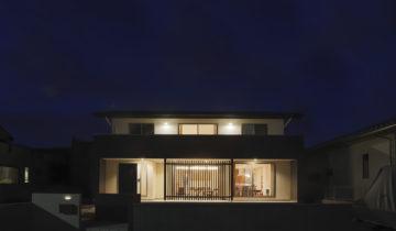 格子間仕切りのある家 夜の外観(南面)