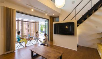格子間仕切りのある家 リビングと外部空間