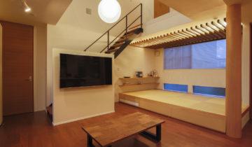 格子間仕切りのある家 リビングと小上がりの和室