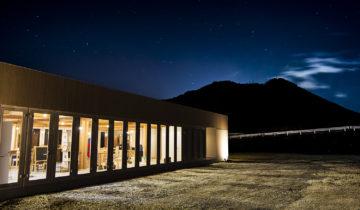 ころもがえする複合施設(飲食店+雑貨屋) 夜の外観(北面)