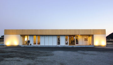 ころもがえする複合施設(飲食店+雑貨屋) 夕方の外観(北面)