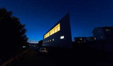 パノラマの家 夜の外観(南面)