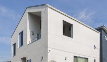 リビングとバルコニーの家 昼の外観(南面)