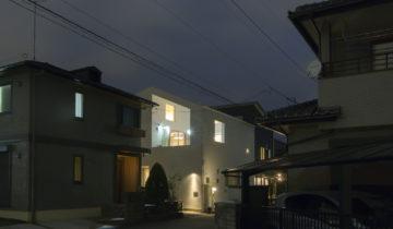 リビングとバルコニーの家 夜の外観(南面)